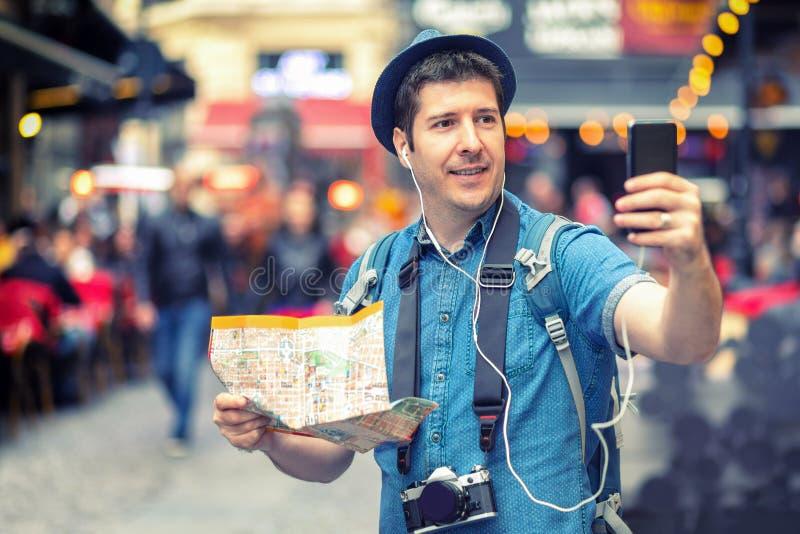 Glimlachende mensentoerist in Londen die een selfie op overvol stratenhoogtepunt nemen van bars, het Gelukkige midden oude mannel royalty-vrije stock afbeeldingen