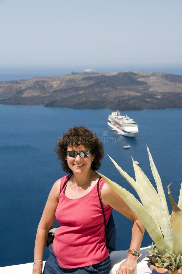 Glimlachende midden-leeftijdstoerist in santorini Griekenland royalty-vrije stock fotografie