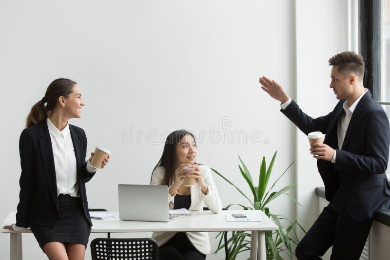 Glimlachende millennial diverse teammensen die tijdens koffiebr babbelen royalty-vrije stock foto