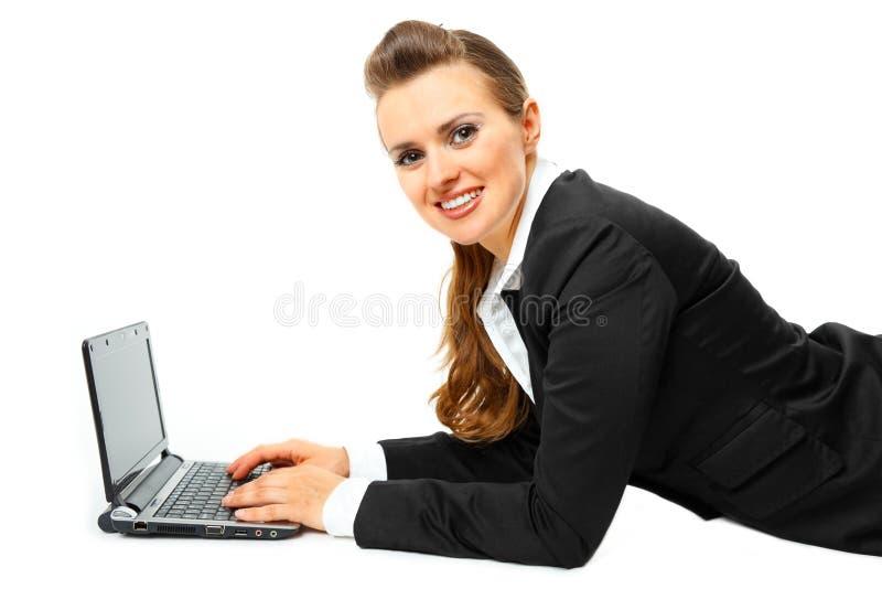 Glimlachende moderne bedrijfsvrouw die laptop met behulp van royalty-vrije stock afbeeldingen
