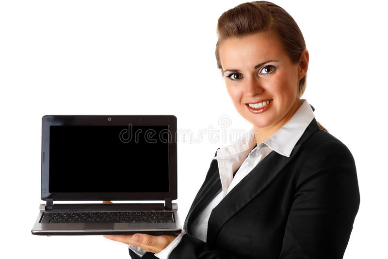 Glimlachende moderne laptop van de bedrijfsvrouwenholding royalty-vrije stock foto