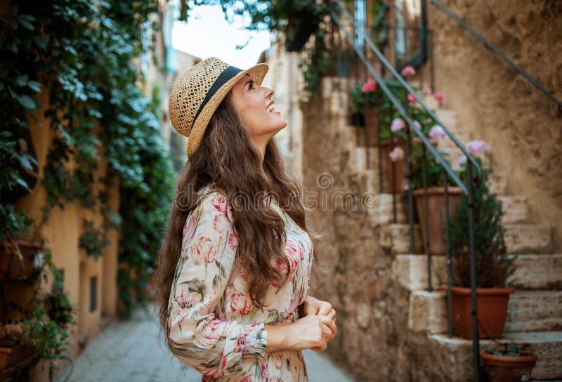 Glimlachende moderne toeristenvrouw in oud Italiaans stad sightseeing royalty-vrije stock afbeeldingen