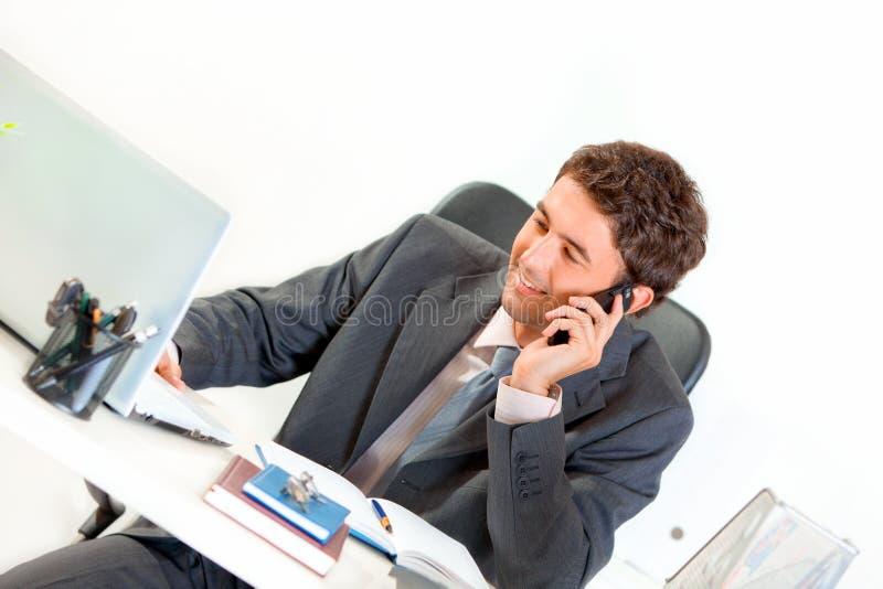 Glimlachende moderne zakenman die op mobiel spreekt royalty-vrije stock afbeeldingen