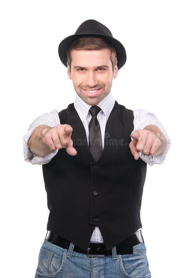 Glimlachende modieuze Kaukasische mens die zijn vingers richten op de camera stock afbeelding