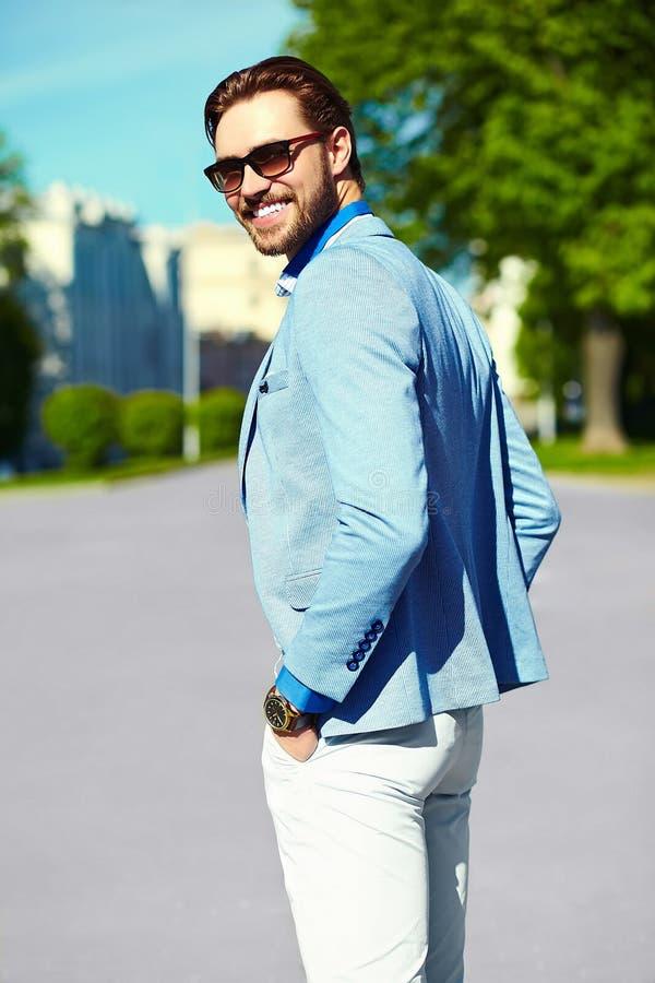 Glimlachende modieuze knappe mens in kostuum in de straat royalty-vrije stock fotografie