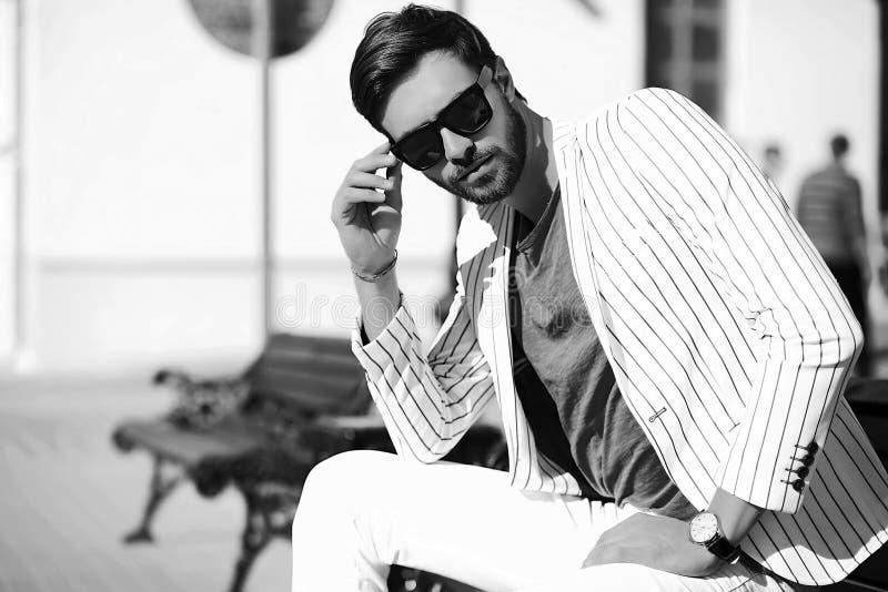Glimlachende modieuze knappe mens in kostuum in de straat royalty-vrije stock foto's