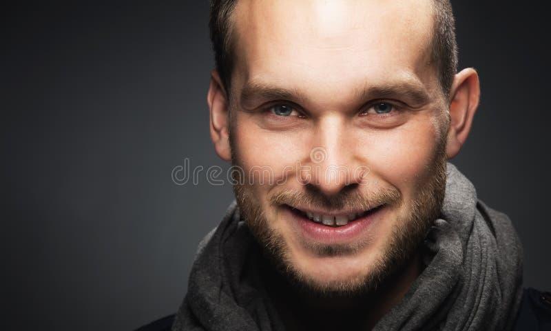 Glimlachende modieuze mens, gelukkig en vriendschappelijk stock foto