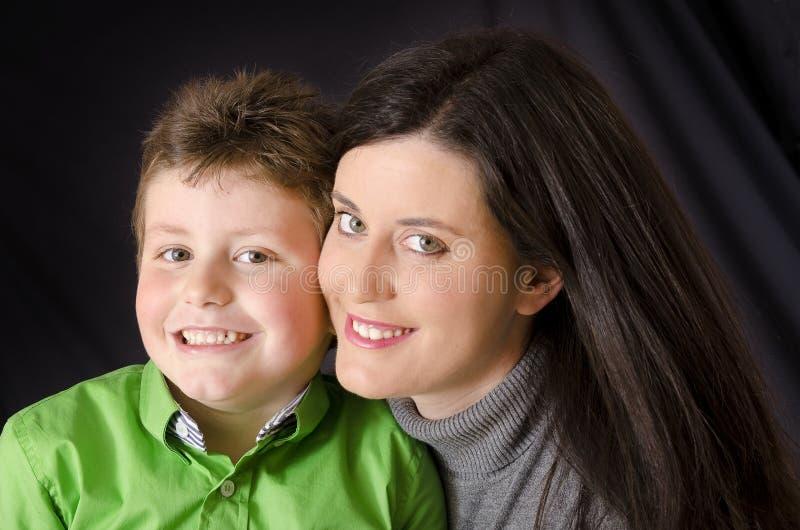 Glimlachende moeder en zoon. stock afbeelding