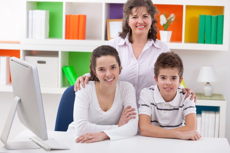 Glimlachende moeder met haar kinderen royalty-vrije stock fotografie