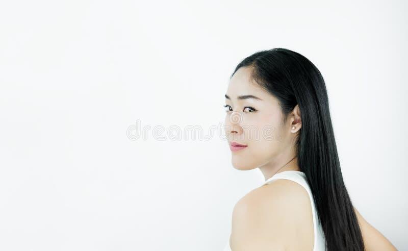 Glimlachende Mooie Aziatische Vrouw met Zwart Haar, op witte achtergrond royalty-vrije stock foto