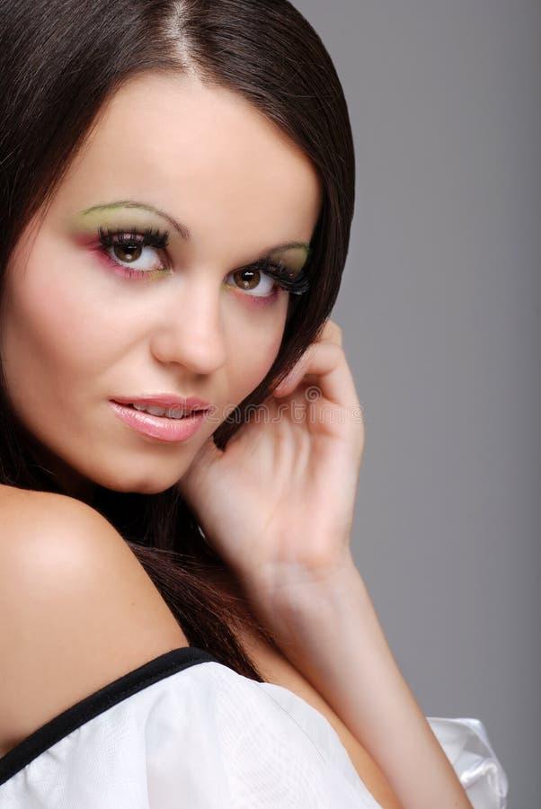 Glimlachende mooie donkerbruine vrouw stock foto's