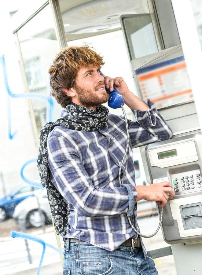 Glimlachende mooie hogere mens die in oude telefoon in Franse pho spreken royalty-vrije stock afbeelding