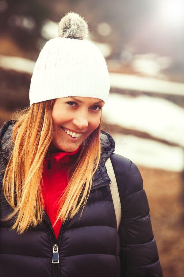 Glimlachende mooie vrouw, de winterkleren stock fotografie