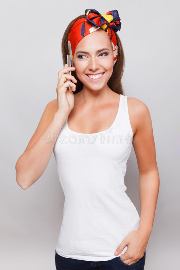 Glimlachende mooie vrouw die op de telefoon spreken royalty-vrije stock foto's