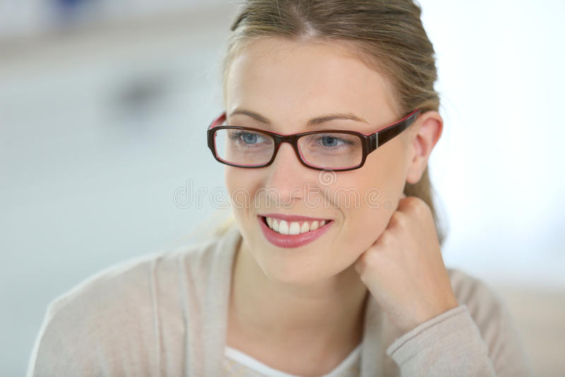 Glimlachende mooie vrouw met oogglazen stock foto
