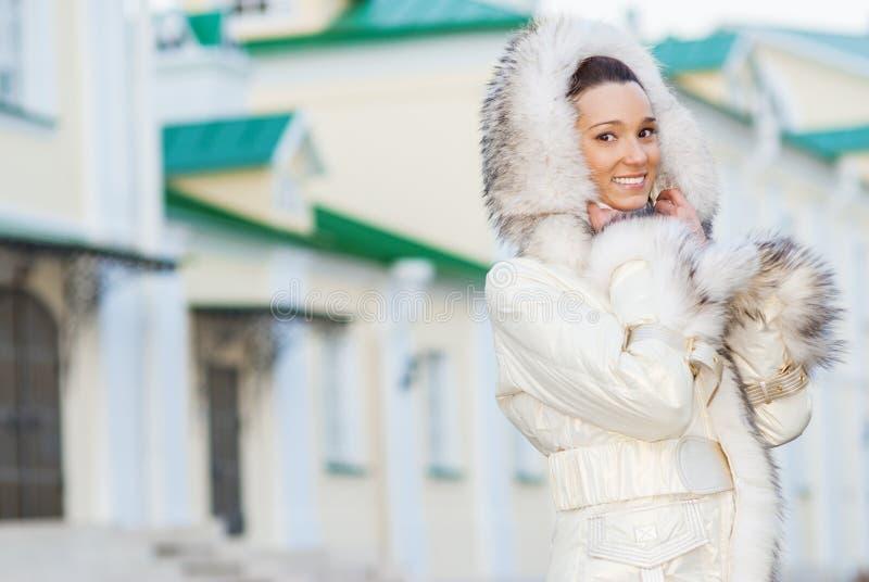 Glimlachende mooie vrouw in witte laag stock fotografie