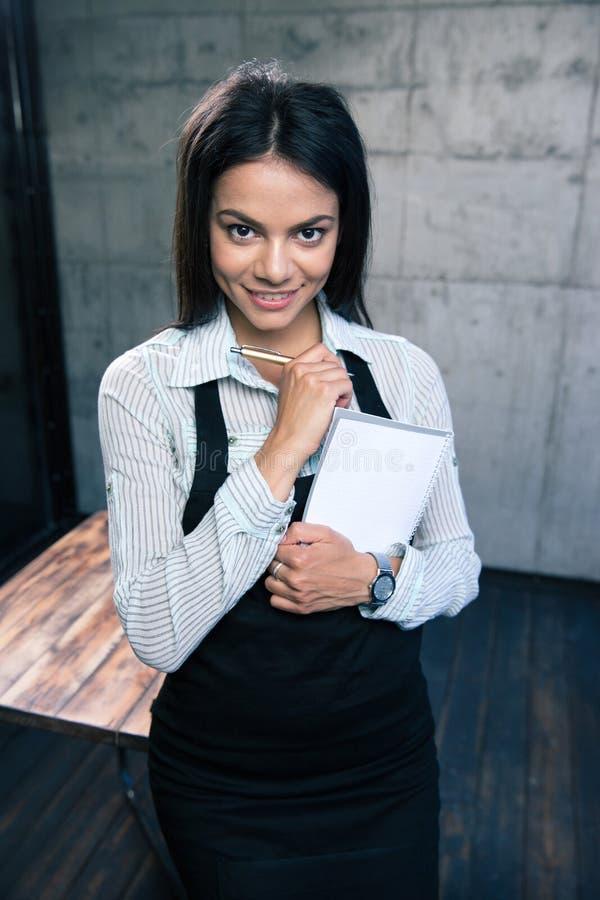 Download Glimlachende Mooie Vrouwelijke Kelner In Schort Stock Foto - Afbeelding bestaande uit holding, charming: 54082826