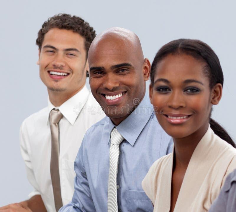 Glimlachende multi-etnische bedrijfsmensen in een lijn royalty-vrije stock afbeeldingen