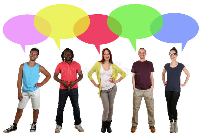 Glimlachende multi etnische groep die mensen met toespraakbel spreken stock afbeeldingen