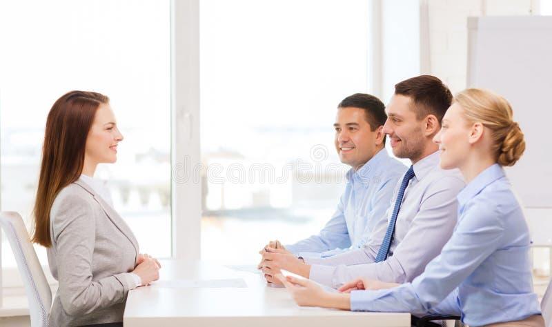 Glimlachende onderneemster bij gesprek in bureau royalty-vrije stock afbeeldingen