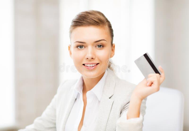 Glimlachende onderneemster die creditcard tonen royalty-vrije stock afbeeldingen