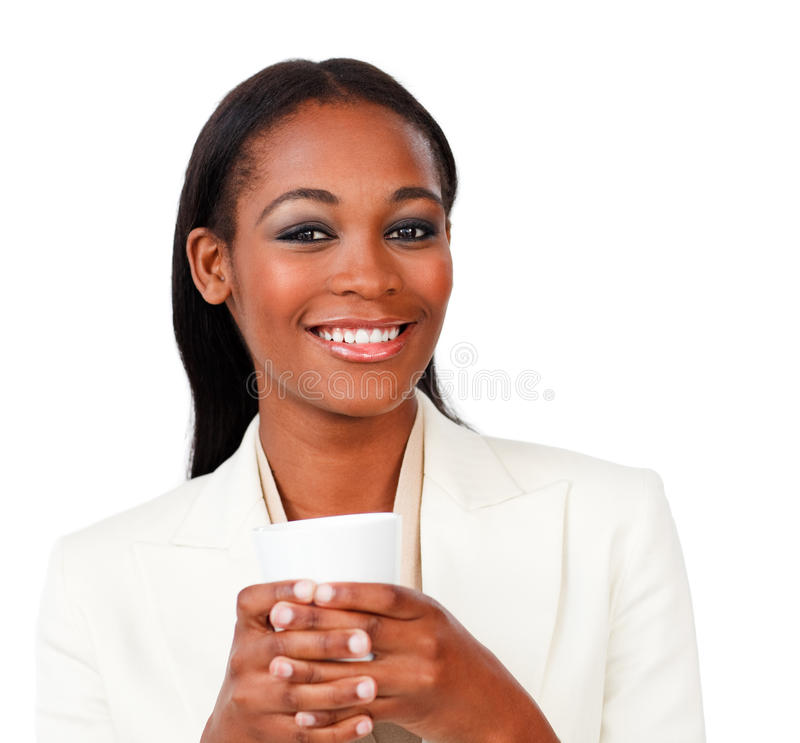 Glimlachende onderneemster die een het drinken kop houdt stock afbeelding