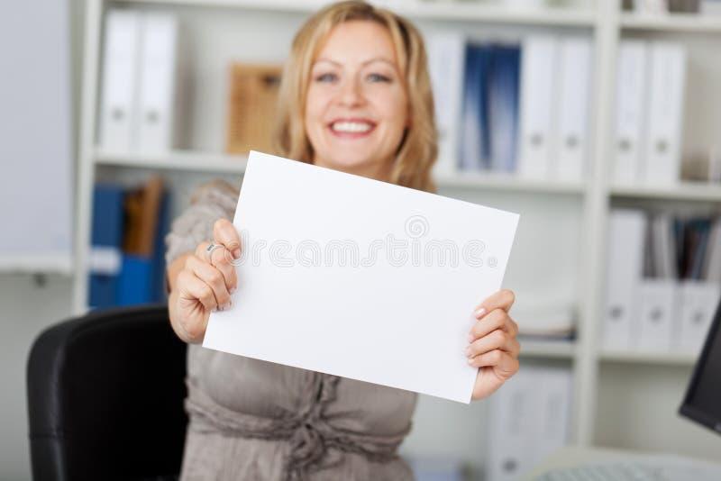 Glimlachende Onderneemster Holding Blank Paper stock foto's
