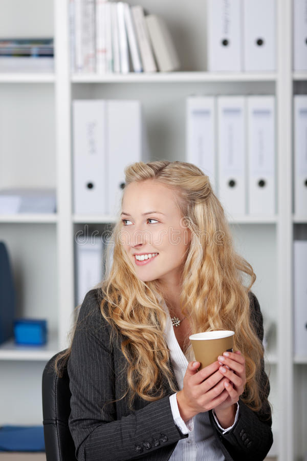 Glimlachende Onderneemster Holding Coffee Cup royalty-vrije stock fotografie