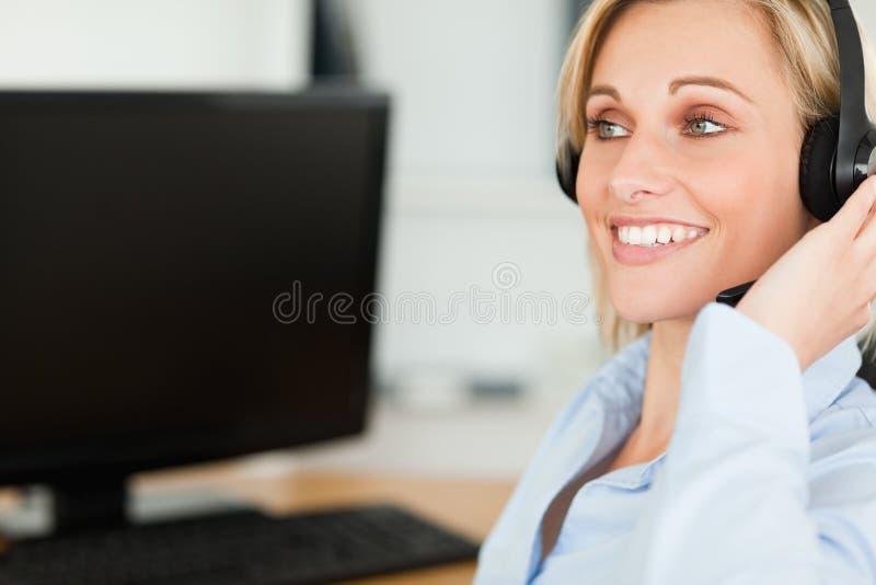 Glimlachende onderneemster met hoofdtelefoon het werken royalty-vrije stock foto