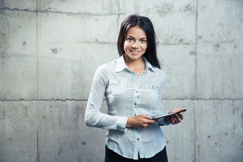 Download Glimlachende Onderneemster Met Tabletcomputer Stock Foto - Afbeelding bestaande uit looking, meisje: 54082480