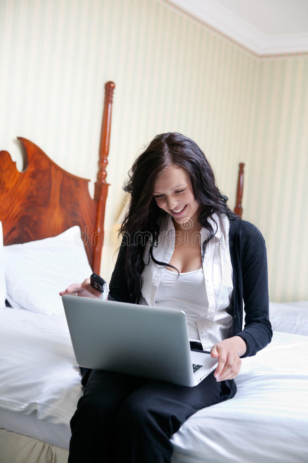 Glimlachende Onderneemster Using Laptop stock fotografie