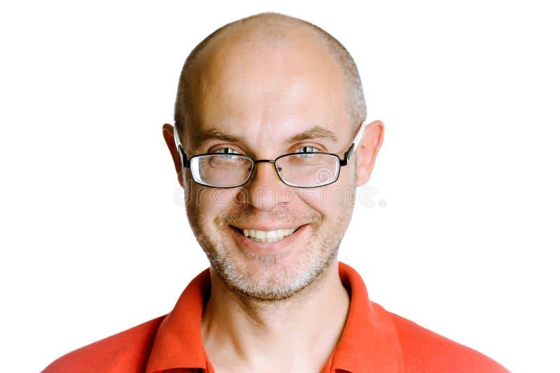 Glimlachende ongeschoren mens op een witte achtergrond met glazen stock afbeeldingen
