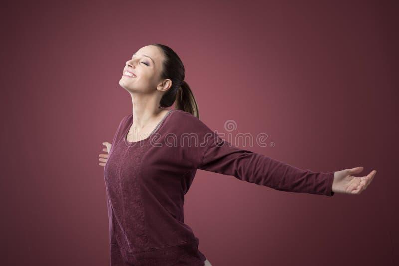 Glimlachende ontspannen vrouw met open wapens stock foto's