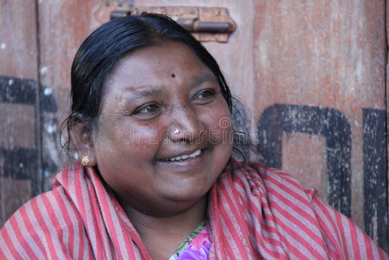 Glimlachende Ooty-Dame stock fotografie