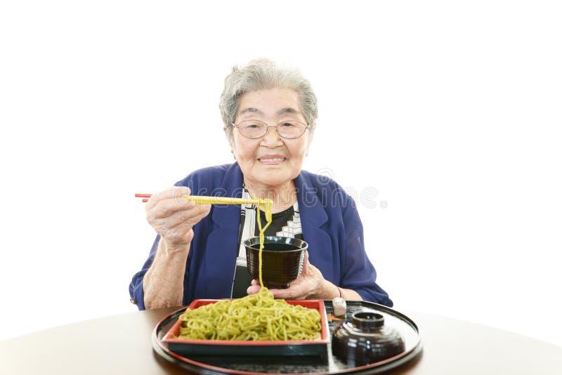 Glimlachende oude vrouw stock afbeelding
