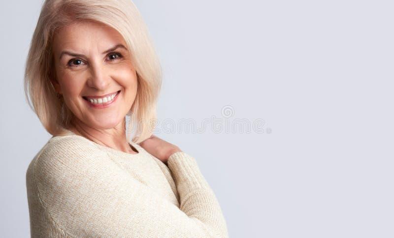 Glimlachende oude vrouw Anti het Verouderen concept royalty-vrije stock afbeeldingen
