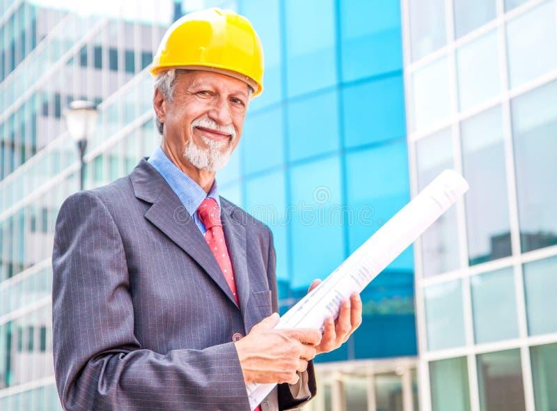 glimlachende oudere architect die uit kijken royalty-vrije stock afbeelding