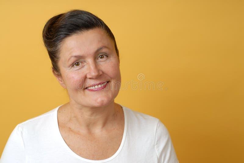 Glimlachende oudere vrouw stock foto