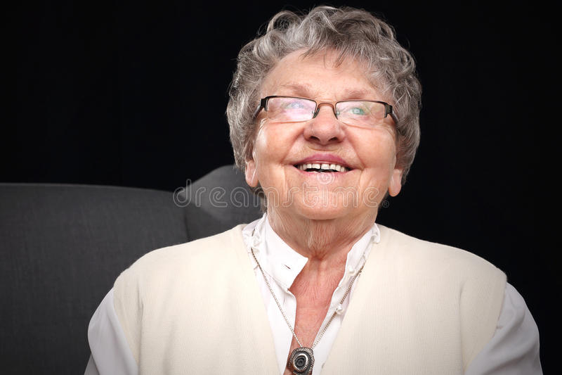 Glimlachende oudere vrouw royalty-vrije stock afbeelding