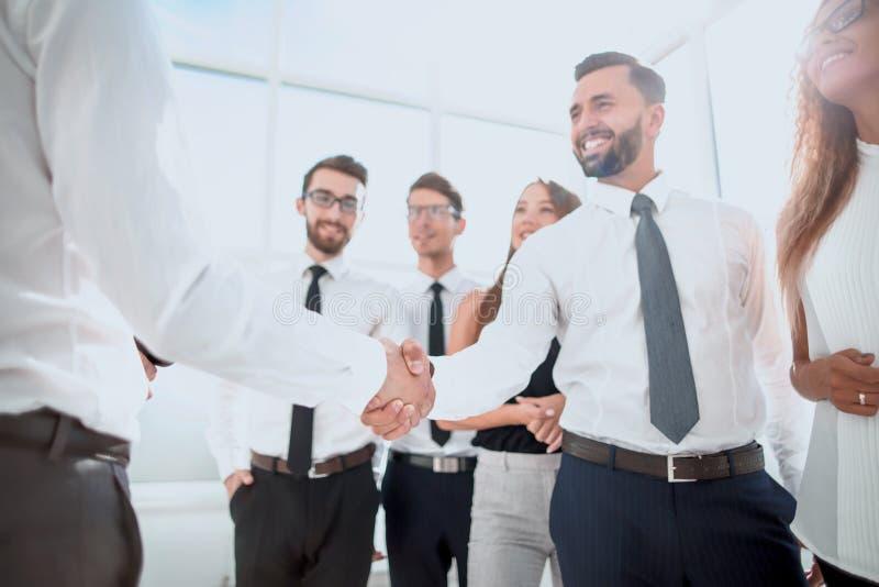 Glimlachende partners die handen schudden stock afbeelding