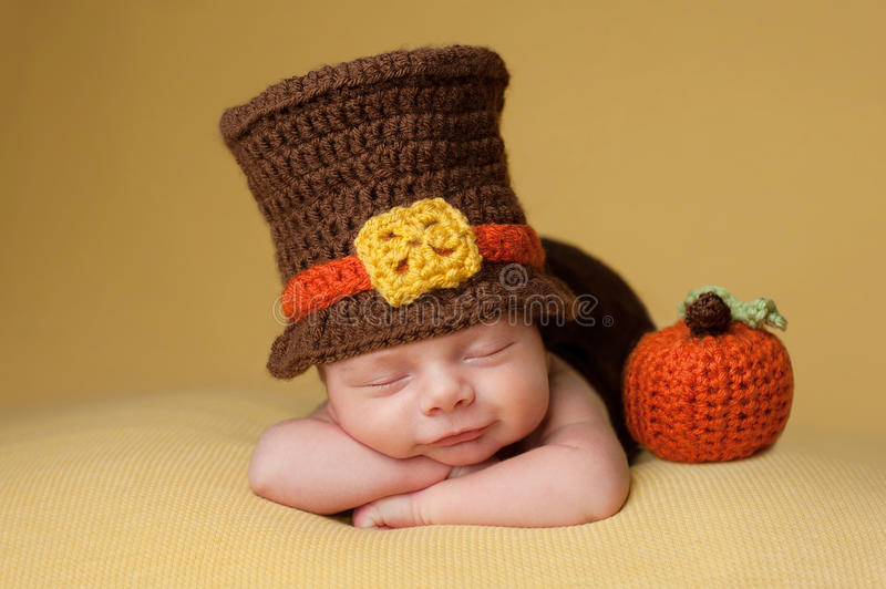 Glimlachende Pasgeboren Babyjongen die een Pelgrimshoed dragen