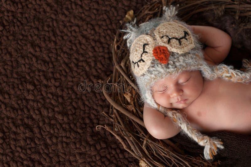 Glimlachende Pasgeboren Babyjongen die Owl Hat dragen royalty-vrije stock fotografie