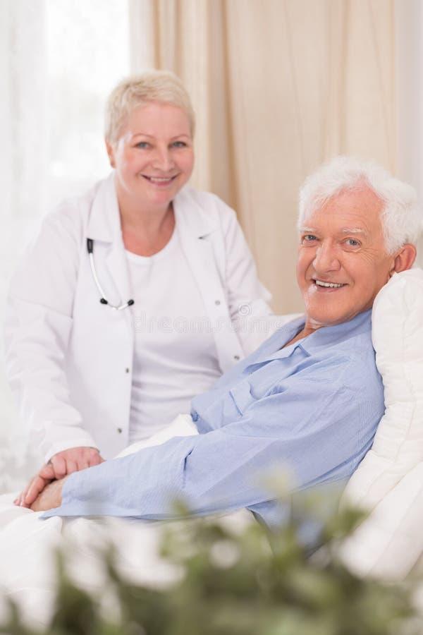 Glimlachende patiënt van geriatrische afdeling stock foto's