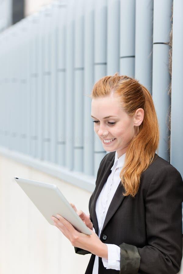 Glimlachende PC van Onderneemsterreading tablet royalty-vrije stock afbeeldingen