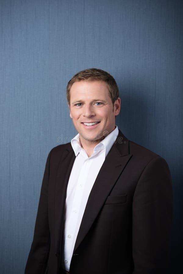Glimlachende professionele mens in een jasje royalty-vrije stock foto's