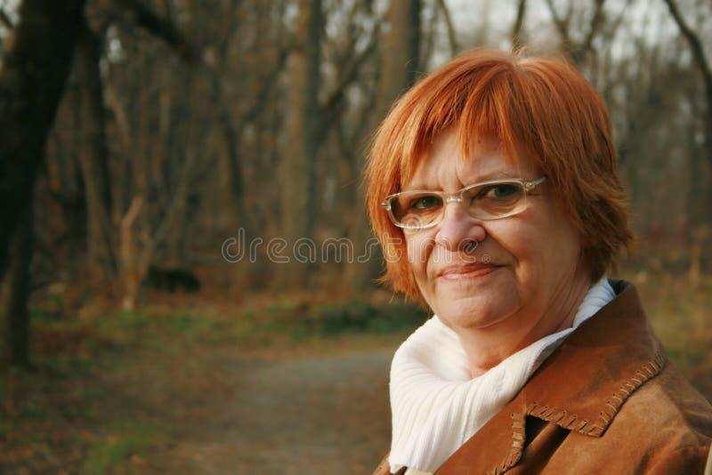 Glimlachende redheaded vrouw royalty-vrije stock afbeelding