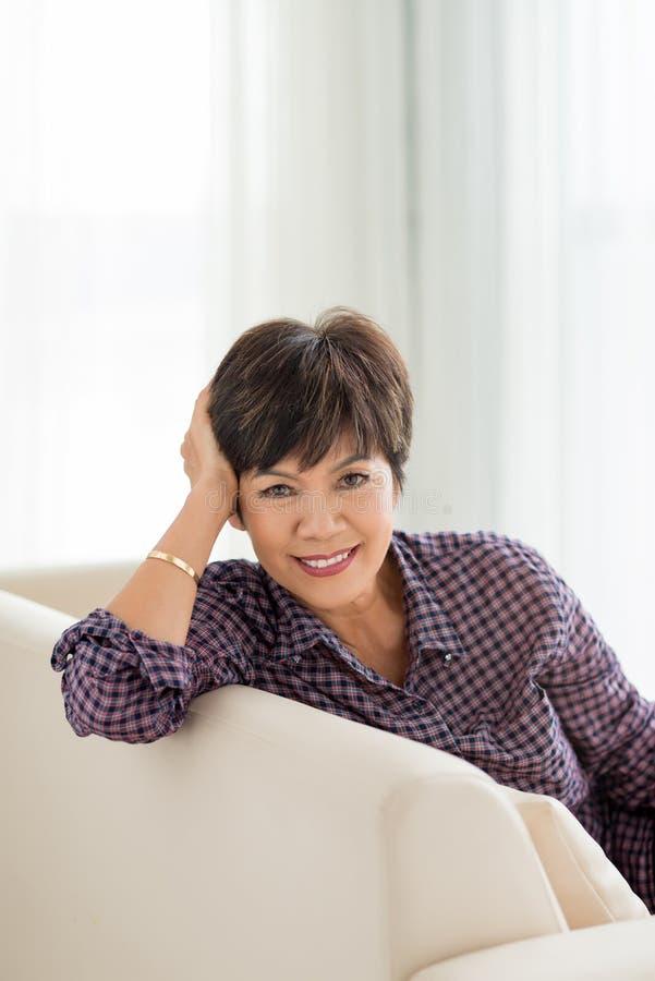Glimlachende rijpe Aziatische vrouw royalty-vrije stock afbeelding