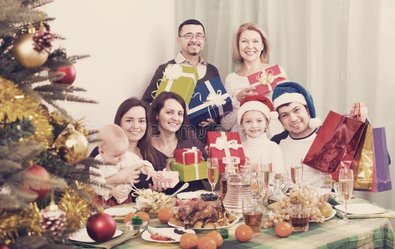 Glimlachende Rijpe ouders die met jonge geitjes Vrolijke Kerstmis vieren stock afbeeldingen