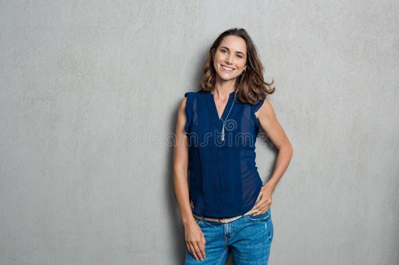 Glimlachende rijpe vrouw royalty-vrije stock afbeeldingen