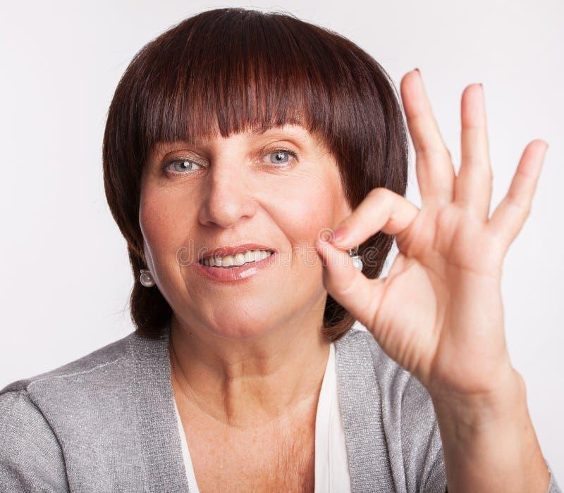 Glimlachende rijpe vrouw stock foto